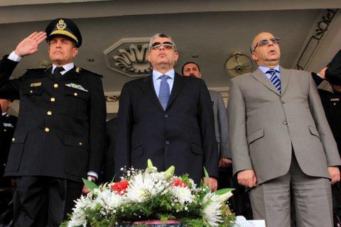 DET NYE REGIMET: Egypts innenriksminister Mohammed Ibrahim (i midten) inspiserer egyptiske sikkerhetsstyrker under en seremoni i Kario søndag.