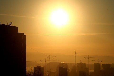GIFTLOKKET: Astma- og allergiforbundet sendte i 2011 en bekymringsmelding til EFTAs overvåkingsorgan på grunn av en rekke brudd på grenseverdiene når det gjaldt luftforurensing i norske byer. Bildet er tatt fra Hasle i Oslo en novemberettermiddag i 2011, da kald luft og lokal forurensing bidro til høy konsentrasjon av utslipp.