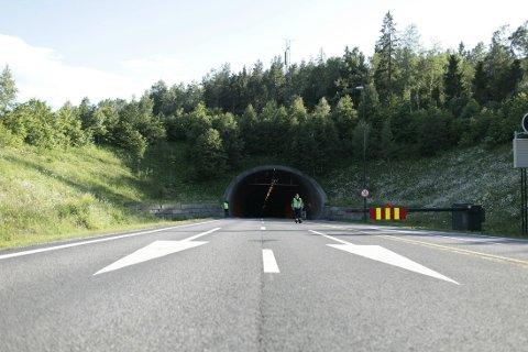 Oslofjordtunnelen, som går mellom Drøbak og Hurum, var stengt for all trafikk en periode i morges etter at det ble oppdaget skader i tunnel-taket.