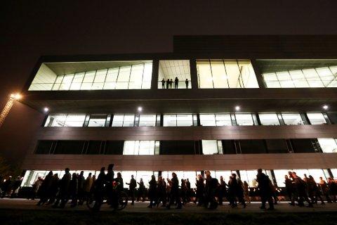 FAKKELTOG FOR LAMBDA: Fakkeltog for bygging av Lambda som nytt Munch-museum går forbi baksiden av Operaen i oktober 2012. Først i juni i år blir det kjent hva slags prislapp man egentlig snakker om når det gjelder nytt Munch-museum.