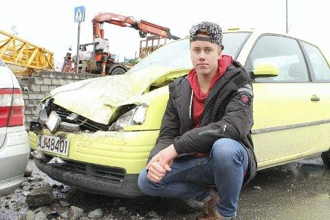 SMADRET BIL: Nicholas René Johansen Kristiansen (18) fortviler etter at krana knuste bilen hans.