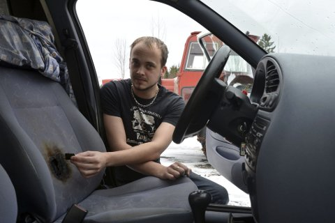 ULMEBRANN: En kortslutning i den elektriske setevarmen førte til brann i seteryggen på bilen. I setet satt Marius Guldbjørnsen og sov. - Da jeg våknet var bilen full av røyk, forteller Guldbjørnsen.
