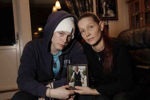 Cato Eliassen var tett knyttet til lillebroren Dan gjennom hele livet. Nå ønsker han, moren Grethe Rauhala og resten av familien å finne ut av omstendighetene som ledet til at 21-åringen tok selvmord.