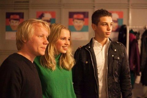 Regissør Erik Svensson (t.v.) med hovedrolleinnheaverne Thea Loch Næss (17) og Mohammad Alghoul (15).