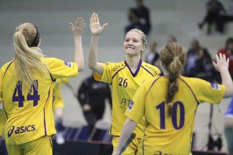 GRATULERER: Camilla Heie Larsen (venstre) og Heidi Rød (høyre) gratulerer Emma Lunde med ett av hennes fire scoringer.