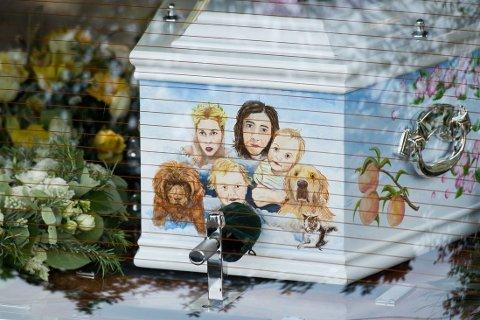 SAMMEN MED FAMILIEN: Kisten var dekorert med et familieportrett der Peaches er sammen med mannen Thomas Cohen og sine sønner Phaedra og Astala, samt familiens to hunder.