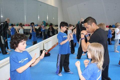 Arian(7), til venstre) begynte på Fighter for to måneder siden og stortrives. Her får han instruksjoner av trippel NM.mester Daniel Fossan.