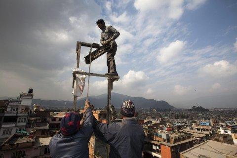 FARLIGE ARBEIDSFORHOLD: En nepalsk arbeider læres opp i Katmandu før han skal reise videre til Qatar for å jobbe som bygningsarbeider.