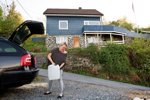 For to år siden kjøpte Kristine Evjen en bolig. Hele prosessen gikk veldig raskt, og hun sjekket ikke vann- og avløpssystemet grundig nok. I to år har hun hentet drikkevann hos sine foreldre.