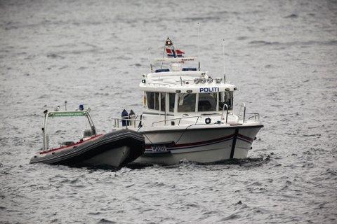 Politiet var på plass ved Dørvika i Lysefjorden tirsdag morgen, nær stedet hvor det er gjort et funn av en innpakket gjenstand på fjordbunnen. Det er mistanke om at det kan være savnede Agnes Elisabeth Müller som er funnet.