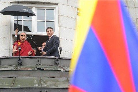 Dalai Lama ble møtt av full jubel da han kom ut på balkongen på Grand hotel.