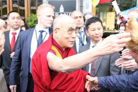 KJENT LUE PÅ BORTEBANE: Dalai Lama dro kjapt kjensel på den tibetanske lua som en av de fremmøtte hadde på seg i anledning den åndelige lederens norgesbesøk.