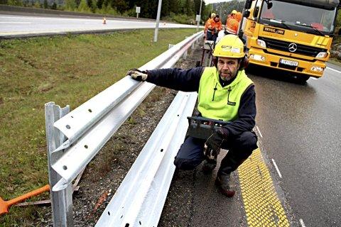 FULL FART: Maskinkjører Terje Johansen i Trygg Vei AS er i gang med å slå ned stolper til nytt rekkverk på E 18 forbi Holmestrand. Smått om senn kommer biltrafikken til å rase forbi her i 110 km/t.