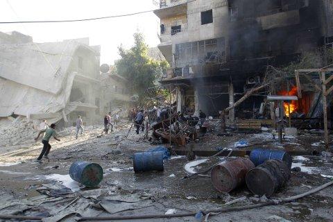 Én danske, én svenske og tre andre personer som jobber for Leger Uten Grenser, er satt fri i Syria etter å ha vært holdt fanget siden januar. Bildet viser en bombeeksplosjon i Aleppo 1. mai 2014.