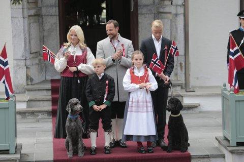 Kronprinsfamilien på trappa på Skaugum i Asker lørdag morgen. Foto: Lise Åserud / NTB scanpix