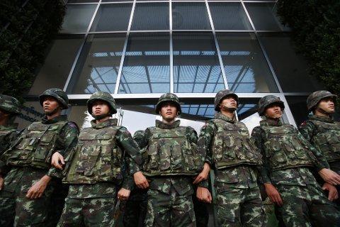 HÆREN GRIPER INN: Soldater har tatt oppstilling rundt regjeringsbygninger, aviser og TV-stasjoner i Bangkok.
