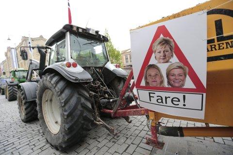 BONDEAKSJON: Traktorer vil prege innfartsårene til Oslo mandag morgen. Mellom to og tre tusen bønder aksjonerer mot regjeringens jordbrukstilbud. Illustrasjonsfoto: Fra bondeaksjon foran Stortinget 12.05.