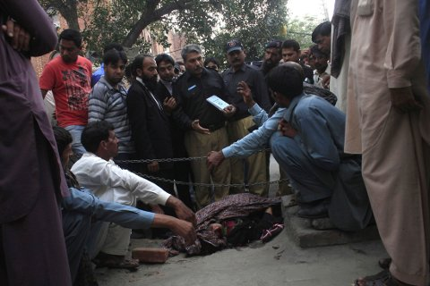 Pakistans statsminister Nawaz Sharif vil ha svar på hvorfor ikke politiet grep inn da 25 år gamle Farzana Iqbal ble steinet og slått til døde utenfor høyesterettsbygningen i Lahore.