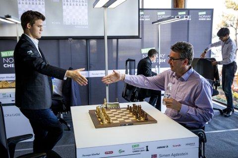 SJAKK: Magnus Carlsen tar sin gamle læremester, Simen Agdestein, i hånden.