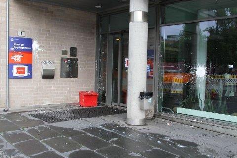 Aksjonistene har kastet maling på lokalene til Plan- og bygningsetaten.