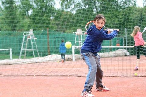 TREFFSIKKER: Herman trener over 15 timer tennis uken.