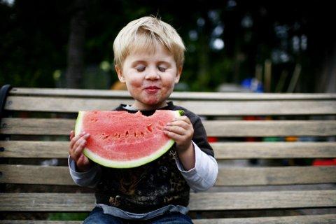 BARN som er med på å lage mat, spiser mer frukt enn barn som holdes utenfor matlagingen.