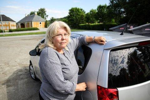 PÅKJØRT: Karin Nordlie ble påkjørt mens hun stod parkert utenfor NAV i Mysen. Skaden kostet henne 4.000, som hun måtte betale selv.