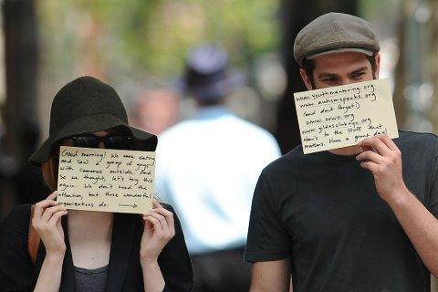 VELDEDIGHET: Emma Stone og Andrew Garfield var ute for å spise da de fikk øye på en gjeng med fotografer. Da benyttet de anledningen til å sette fokus på veldedighet.