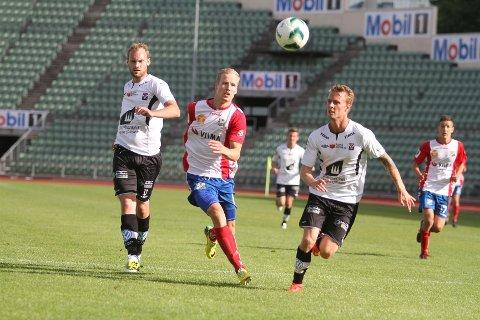 NESTEN: Rune Isaksen jobbet bra på topp hos Lyn, og var nær scoring ved et par anledninger.
