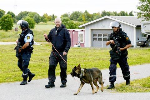 Politi i Fredrikstad etter at en mann ble funnet død på Nabbetorp i Fredrikstad lørdag kveld.