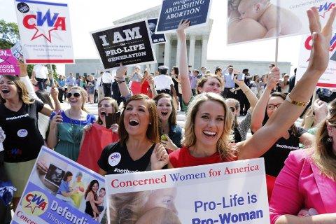 Abortmotstandere utenfor USAs høyesterett i Washington jubler når kjennelsen blir kjent mandag.