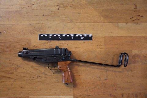MYE VÅPEN: Ifølge politiet var det tilnærmet en våpensmie i en leilighet.