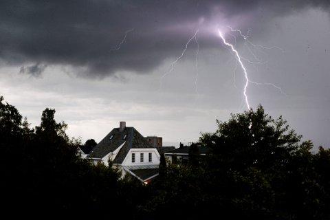 VÅTT OG BRÅKETE: Kraftig tordenvær over Disen i Oslo i slutten av forrige måned. Hovedstaden satte ny nedbørsrekord i juni.