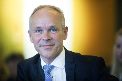 PISK OG GULROT: Kommunal- og moderniseringsminister Jan Tore Sanner (H) sier det i enkelte tilfeller kan bli aktuelt med tvang, men bare dersom en enkeltkommune setter seg på bakbeina og hindrer en sammenslåing som er ønsket av andre involverte kommuner.