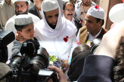 ØNSKET VELKOMMEN: En stor folkemengde tok imot imamen med blomster, ballonger og plakater, og kastet roseblader over ham. Foto: Karianne Grindem (Nettavisen).