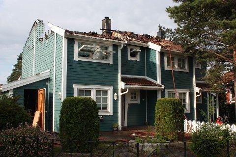 TOTALSKADET: Åslandhellinga 120 på Bjørndal ble natt til mandag totalskadet i brann. Brannvesenet klarte å berge den andre halvdelen av tomannsboligen.