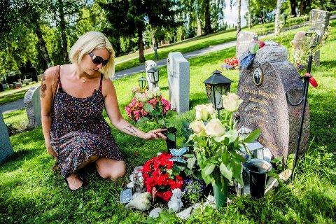 Rita Victoria Føreland mistet sønnen Thomas på Utøya for tre år siden. Hun har ikke klart å dra til øya tidligere, men i år, under treårsmarkeringen på tirsdag, vil hun forsøke å se øya og pumpehuset hvor Thomas brutalt ble drept.