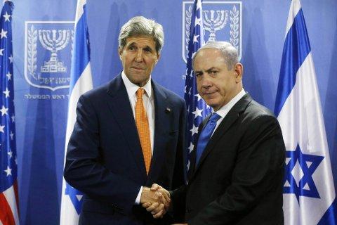 FORHANDLER: USAs utenriksminister John Kerry møtte onsdag en bister israelsk statsminister Benjamin Netanyahu i sitt forsøk på å få til en våpenhvile.