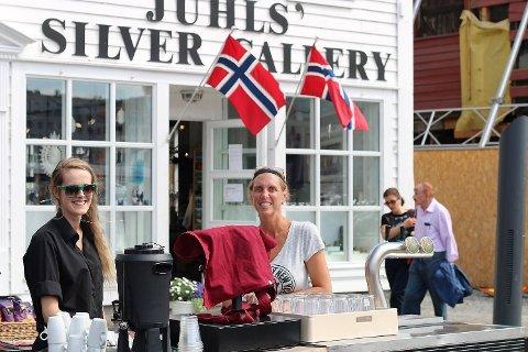GODT FORBEREDT: Jeanette berg og Julie Børilden hos Baker Bruun på Bryggen har forberedt seg ekstra godt på storinnrykket av gjester under The Tall Ships Races.