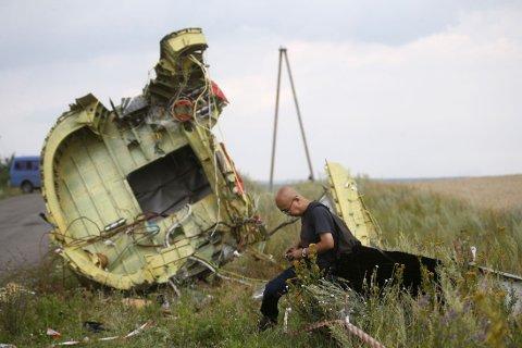 UNDERSØKER: En malaysisk etterforsker undersøker deler av flyvraket.