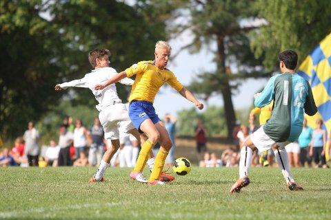 HER AVGJØRES MATCHEN: Mathias Opøyen runder Strømsgodsets keeper, og legger på til 2-0.