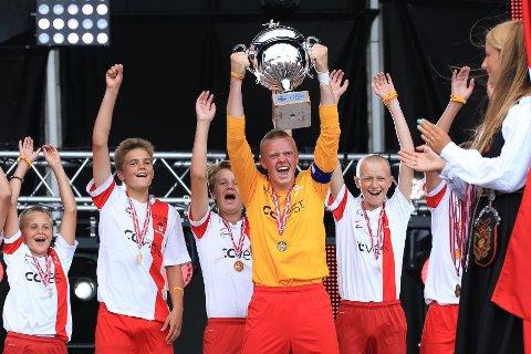 Ullern Imbatibles var akkurat så uslåelige som navnet deres betyr i Norway Cup. Kaptein Lars Kvarekvål kunne løfte pokalen etter finalen.