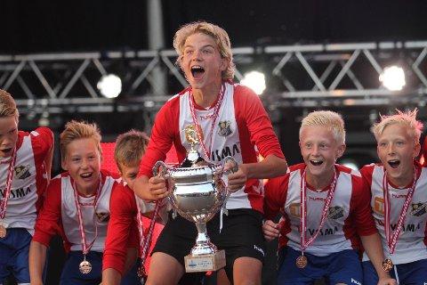 JAAAA! Kaptein Kasper Sjødin viser frem beviset på at Lyn tok bronse i årets Norway Cup.