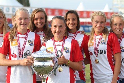 MÅLSCORERE: Frida Maanum (venstre) og Heidi Ellingsen med den store Norway Cup pokalen.
