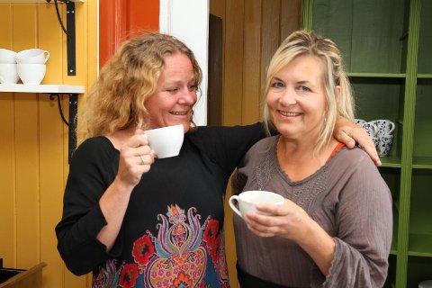 ÅPNER LØRDAG: Birgitte Rommen og Mai-Britt Kristoffersen hoppet til da muligheten bød seg og åpner Kafe Steinbra på Grorud lørdag.