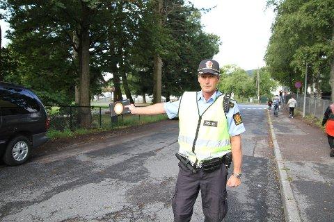 AKSJON SKOLEVEI: Politiet er på plass ved alle skolene i Groruddalen de neste ukene. Politiførstebetjent Roy Cato Einarsen er veldig fornøyd med bilistene etter første skoledag. Her fra Grorud skole.