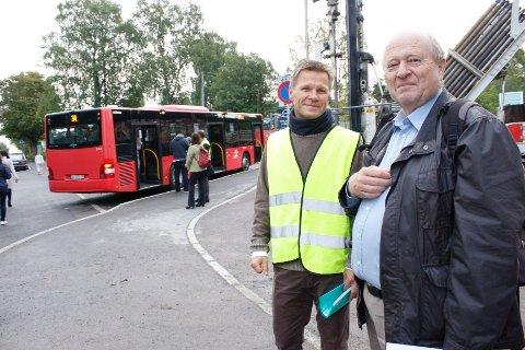OBSERVERTE: Atle Carlsen (t.v.) i Ekeberg skoles FAU, trafikkgruppen, inviterte Odd Einar Dørum (V) til å observere trafikksituasjonen ved Ekeberg skole tirsdag morgen.