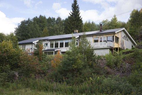 Politiet i Gudbrandsdal rykket fredag ettermiddag ut til huset i Øyer hvor både den drepte Bjarte Hansen og hans nå etterlyste stesønn Kim Andreas Kristiansen bodde.