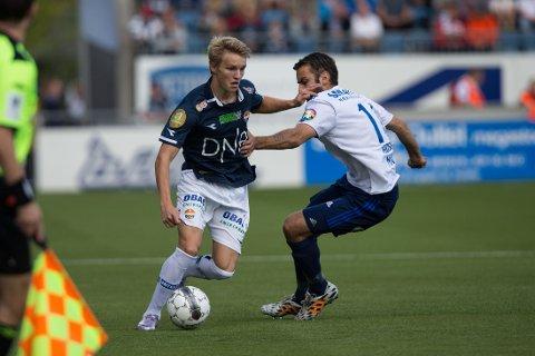 FIKK EN TRØKK: Strømsgodsets Martin Ødegaard, her i duell med STabæks Magne Hoseth.