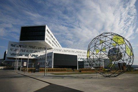 Statoil har hele 195 ansatte innenfor kommunikasjon. Nå ser selskapet på om der er mulig å redusere antallet. Her Statoil-bygget på Fornebu.